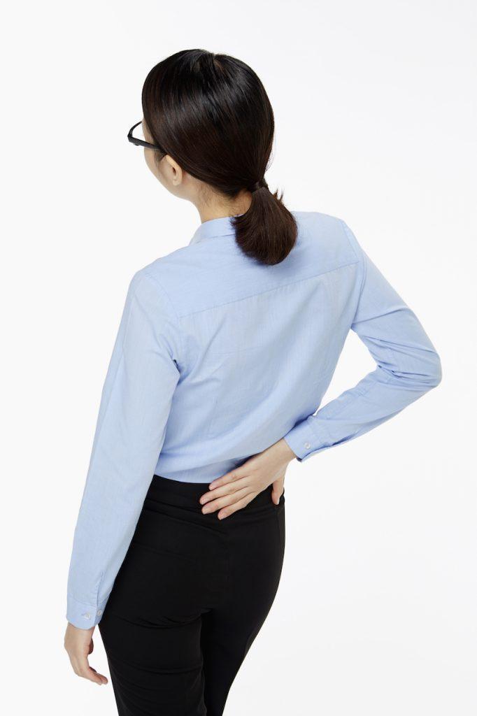 Femme au dos endolori