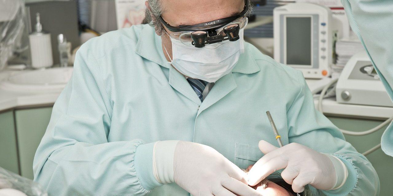 Comment se déroule la pose d'un implant dentaire ?