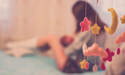Comment allaiter bébé au sein correctement ? Quels matériels ?