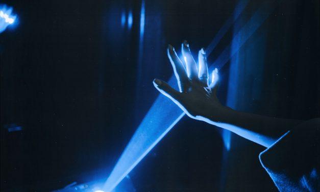 Lumière bleue : quels dangers et comment s'en protéger ?